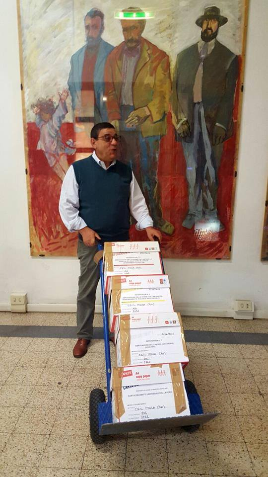Domenico Giagnacovo, segreteria Cgil Imola, consegna scatoloni di moduli firmati